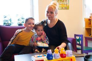 Lena Kropotina och Osman, 7 år och Milena, 3 år går till öppna förskolan för att Milena ännu inte fått någon kommunal förskoleplats. Osman går i skolan, men är sjuk idag och får istället följa med till öppna förskolan.