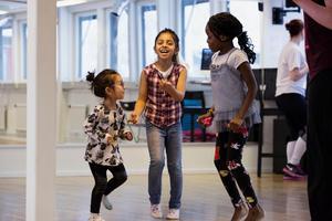 Ranim Shaea, Fateheia Shaea och Yusrah Opakunle provade på olika danser under lördagen och blev taggade på att fortsätta.
