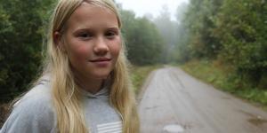 Elvina måste gå i mörker – för att ta sig till skolbussen.