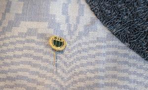 Det allra första ÖIK-märket var faktiskt inget löv, utan såg ut så här. Designen är föregångaren IK Bostons.