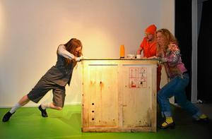 Elin Kristoffersson (till vänster) samarbetade med Teater Soja i