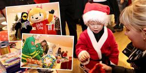 Tre år gamla Mille Eriksson fick hjälp av mamma Mikaela Eriksson att packa upp leksaker som de skänkte till Klappakuten.