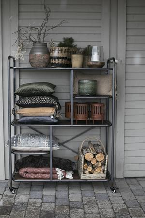 Vaser, kuddar, ljuslyktor, filtar, är några saker som går att hitta i butiken.