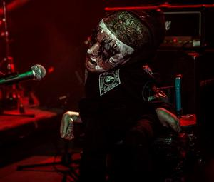Henrik i sin roll som frontman i bandet Folie A Deux.
