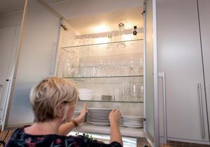 I skåpen har Sari Karlsson porslin längst ned och glas ovanför. Konmari ger inte exakta lösningar, utan man får själv hitta förvaringssätt som passar.Foto: Thomas Johansson/TT