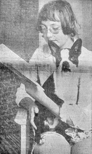 Yvonne Swärdh från Nässjö hade med sig sin bostonterrier Lisa som sällskap när hon studerande i Lund 1971.
