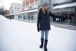 Det är i princip bestämt att vi här utanför Gallerian ska placera ett vattenspel, berättar Kajsa Holmqvist. Totalkostnaden för vattenspelet beräknas till cirka 700 000 kronor.