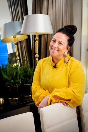Lampor och speglar finns det gott om i Annelie Emanuelz Anderssons hem.