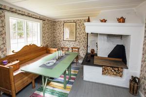 I husets gamla del från 1700-talet finns en öppen spis där man eldade och lagade mat direkt över elden.