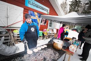 Eddie Lundeqvist flippade hamburgare för fulla muggar till åkare, publik och funktionärer.