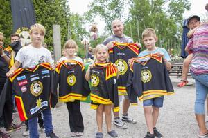 Liam och Amalia Sätragård, Ellen och Tim westin och Albin Lindegren står i kö med sina tröjor, redo att få dem signerade.