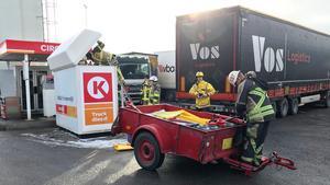 Räddningstjänsten skickades ut för att sanera sedan ett lastbilsekipage råkat köra in i ett tankställe innehållande adblue, ett ofarligt ämne.