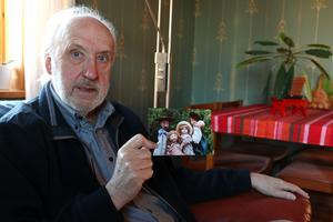 Curt visar en bild på fem av de tjugo dockor som de använde i dockteatern om Carl Larssons målningar.