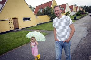 Martin Åhrén, byggnadsvårdskonsult. Han köpte ett av dessa hus, av ren passion. Dottern heter Enya.