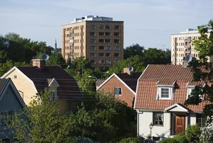 I vår nordliga del av världen blir det långa skuggor och kastvindar från dessa hus. Andra hus skyms, innergårdar som solen aldrig når ner till, skriver insändaren.