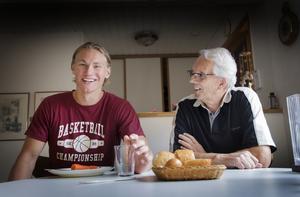 Emil med sin morfar Christer. Fotograf: Hanna Eriksson.