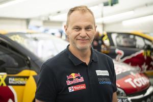 Kenneth Hansen är teamchef åt sönerna Kevin och Timmy. Nu väntar en annan utmaning för honom, i Mästarnas mästare.