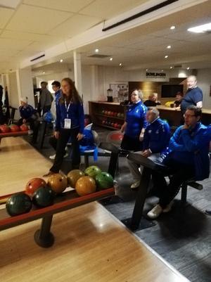 Deltagare från Finland provar på bowling.