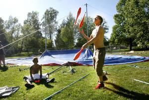 Gustaf Ahne kommer att agera konferencier och kanske jonglerande clown under cirkusuppvisningen i helgen. Jonas Mattsson Altberg hjälper till att sätta upp tältet.