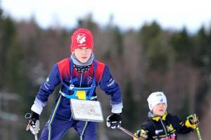 Vilgot Sääf och Samuel Svensson på väg mot mål. Kartorna i stadiga fodral på bröstet. Foto: Petra Pavlovska