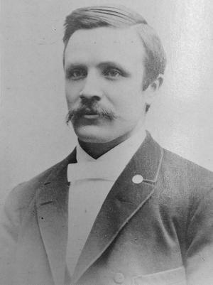 Erik Åqvist (1868-1958), Jonas Gardells mormors farbror, grundade företaget Carlsson & Åqvist 1890 tillsammans med partiskomakaren F A Carlsson.  (Foto ur Från Bergslag och Bondebygd 1970)