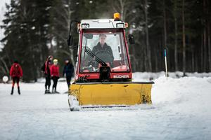 Efter en tung inledning har man nu lyckats skapa 30 kilometer fina skridskobanor på Runn.