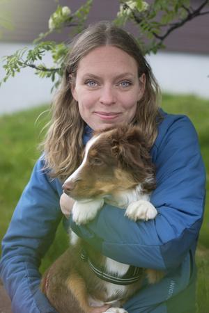 Lina Lundin tillsammans med Loui som är av rasen miniature american shepherd.