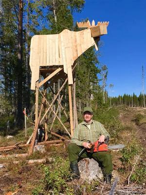 Täpp Kent Olsson framför det jakttorn han gjorde på semesterns sista dag.