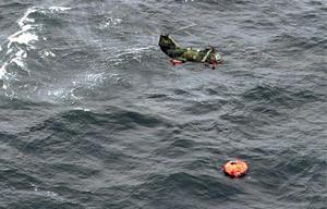 En annan helikopter undsätter en livflotte morgonen efter olycksnatten. Foto: Patrick Dahlberg, Kustbevakningen