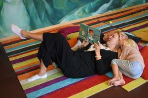 Malin Halvarsson och döttrarna Vira och Siri, fyra år, besöker ofta stadsbibliotekets barnavdelning. Här myser de i läshörnan