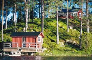 Foto: Christina Kemperyd. Fritidshuset vid Sävsjön bjuder på bastubad vid sjökanten.