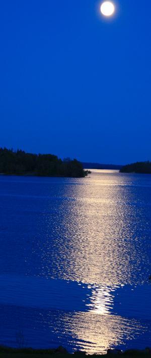 Även den något mörkare tiden kan sin naturliga skönhet som exempelvis en mångata från Västerås över Västeråsfjärden mellan Elba och Västra Holmen över till Ridön.