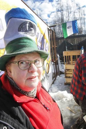 Eldsjälen Margita Gustafsson poserade glatt med Jämtlandshatten, men hon vill egentligen beskriva sig mer som traditionalist än som republikan.