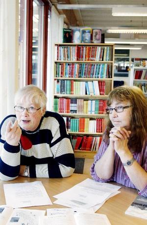 """""""Utdöda byar brukar man hitta ute på landet, men inte inne i stan"""", säger Ingrid Haagensen-Olsson, Hembygdsföreningen Gamla Lugnvik, till höger. Tillsammans med Maud Andersson från PRO Lugnvik kräver de att kommunen ändrar sitt beslut att lägga ned biblioteket i Lugnvik, en av deras sista samlingsplatser."""