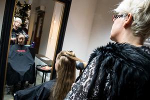Frisören Helen Thomasson på Anna Forsberg frisörer och hårmodellen Emelie Lundberg diskuterar kring råd om uppsättningar.– Det viktigaste är att du ska trivas i det, säger Helen.