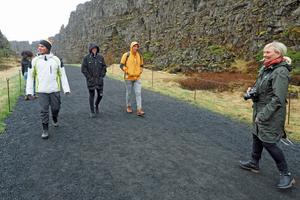 Några av deltagarna i Þingvellir nationalpark, där den europeiska och amerikanska kontinentalplattan skär rakt över Island och bildar en jättespricka.  Där var här som islänningarna samlade sitt första parlament.