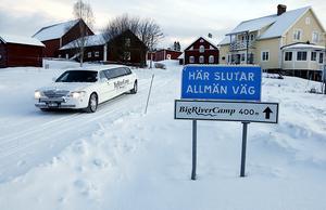 Det blir många turer till Östersund och Frösön för Berne, när han ska hämta gäster på flyget eller vid centralstationen.