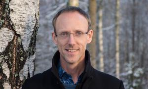 """""""Ingenting tyder på att vi får mindre att göra på jobbet i framtiden. Samtidigt är vår hjärna densamma som för 40 000 år sedan"""" säger Johan Bergstad."""