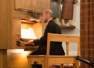 Otto Ratz är till vardags organist i GA-församlingen. Här rörde sig mellan musikhistoriens tre stora klaverinstrument: cembalon, orgeln och pianot.