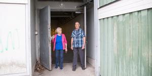Det finns en alternativ väg från hissen på gatuplan. Den mynnar ut på husets västra gavel och borde gå att använda, tycker Gunvor Karlsson och Oliver Eriksson.
