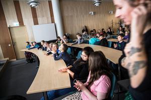 När filmen var slut fick eleverna ställa frågor. Någon längre bak i salen frågade om de fick se den igen. Och så blev det.