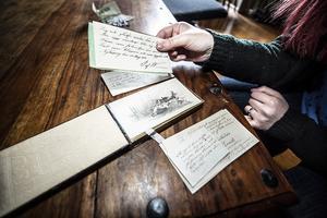 All inredning följde med huset när det köptes. Här är en form av gästbok tror Kjerstin Svärdby.