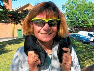 Elisabeth Westman, NTF:s trafiksäkerhetsansvarige i Västmanland, gör tummen upp för den nya mobillagen. Här är hon med en krockkudde för cyklister, den vecklar ut sig runt huvudet.