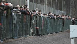 Det var viss trängsel vid räcket när 445 åskådare kom till Solrosen för att titta på derbyfajt.