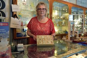Eva Sundberg bakom NK-disken i sin affär i Skorped.