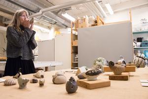 """Eva Nordstigen gör keramikflöjtar, så kallade """"Okarinor"""". – Jag har gjort sådan här till och från sedan 70-talet, det är väldigt meditativt att spela i dem särskilt om man går ut i naturen, säger hon."""