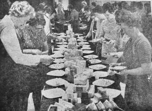 300 lantbrukarfruar trivdes utmärkt vid den festliga husmodersdag som anordnades i Nässjö. De hade så roligt på sin fridag anordnad av Mjölkcentralen och frossade på 1000 smörgåsar varvade med mjölk och filmjölk samt ovanpå alltihop kaffe och 100 kilo ostkaka.