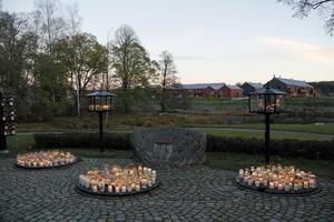 Minneslunden i Arboga, vackert belägen vid ån, fick många besökare under dagen och kvällen.