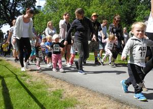 En del sprang själva. Andra höll en vuxen i hand runt banan i Kyrkparken.
