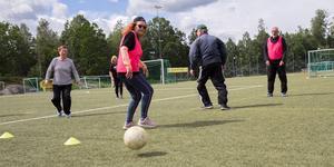 Gåfotboll har blivit en populär aktivitet på Ösmo IP. 55-plusare samlas varje fredag för att spela och umgås.